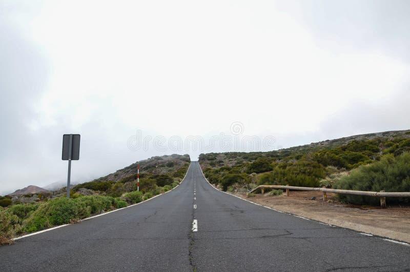 路在多云天在El泰德峰国家公园 图库摄影