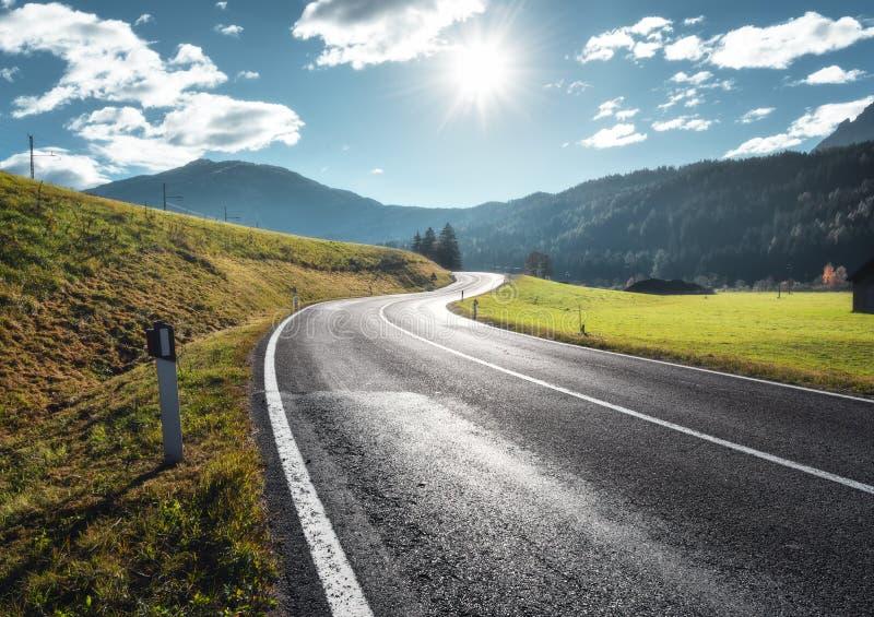 路在山谷在白云岩的晴朗的早晨,意大利 库存图片