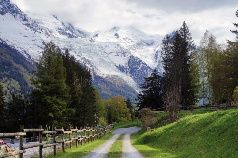 路在有勃朗峰的夏慕尼村庄背景的 库存照片