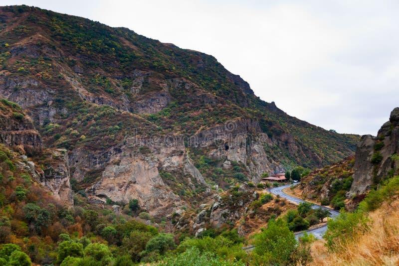 路在Azat河峡谷在亚美尼亚。 免版税库存照片