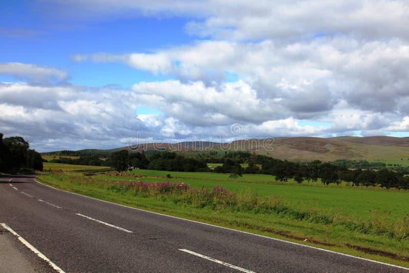 路在Cairngorms国家公园,苏格兰 免版税库存照片