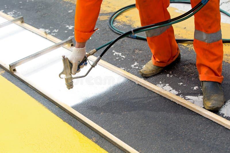 路工作者绘画斑马线标志 免版税库存图片