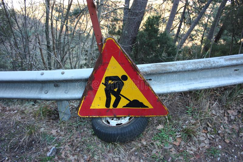 路工地工作的社论照片 未完成作品的警报信号 用意大利语写的企业联合 公开消息 免版税库存照片