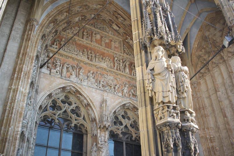 路德教会的大教堂巴登市WÃ ¼ rttemberg大教堂在乌尔姆老镇,德国,细节古老雕象艺术在cathoric教会外面 免版税库存图片