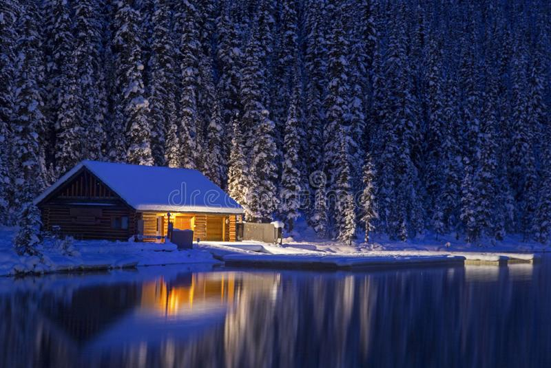 路易丝湖独木舟租务冬天风景在晚上 库存照片