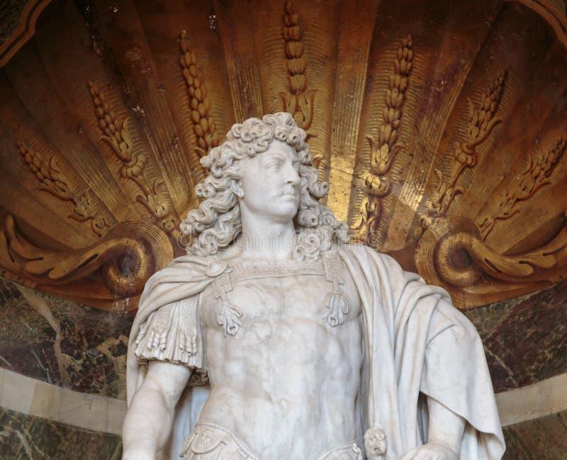 路易十四国王雕象凡尔赛宫的 免版税库存照片