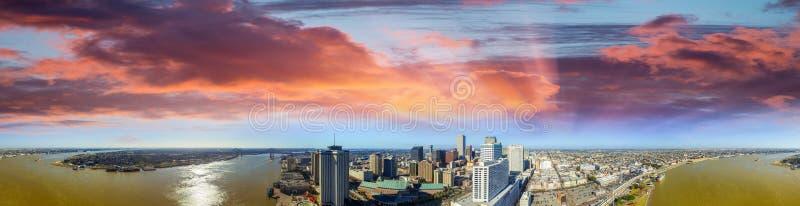 路易斯安那新奥尔良 在日落的惊人的全景鸟瞰图 免版税库存照片