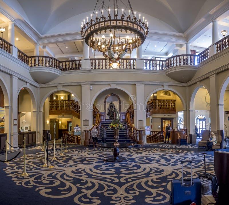 路易斯湖城堡酒店的内部大厅在班夫国家公园 免版税库存照片