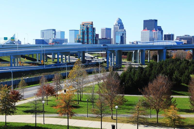 路易斯维尔,肯塔基与高速公路的市中心在前面 免版税库存图片
