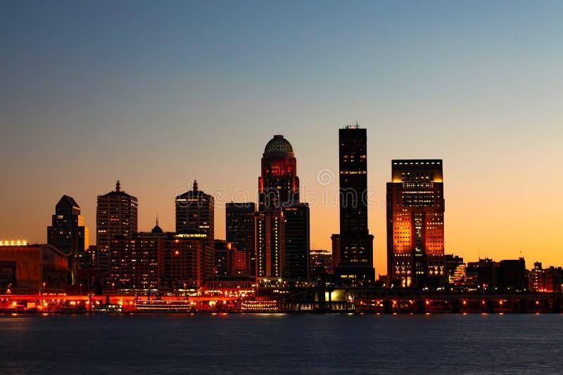路易斯维尔,肯塔基横跨俄亥俄河的夜地平线 库存图片