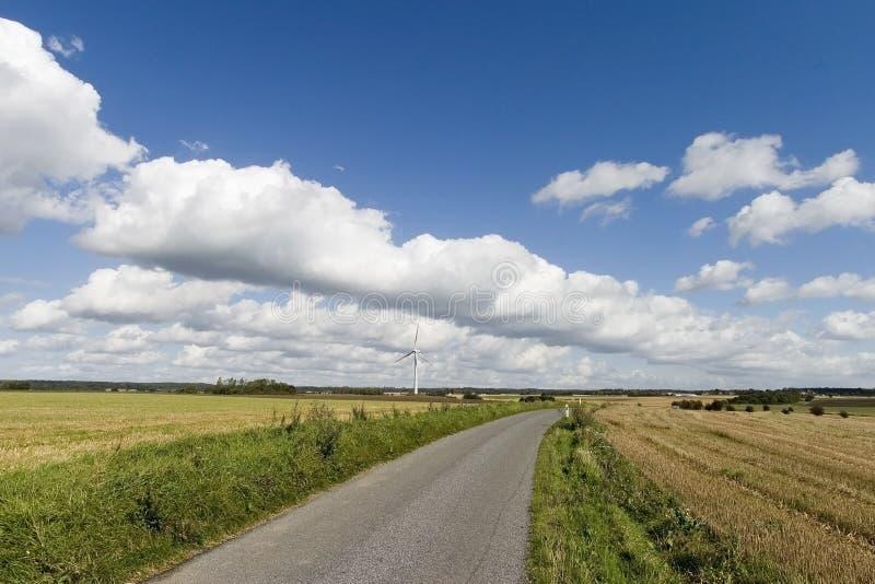 路晴朗的风车 库存图片