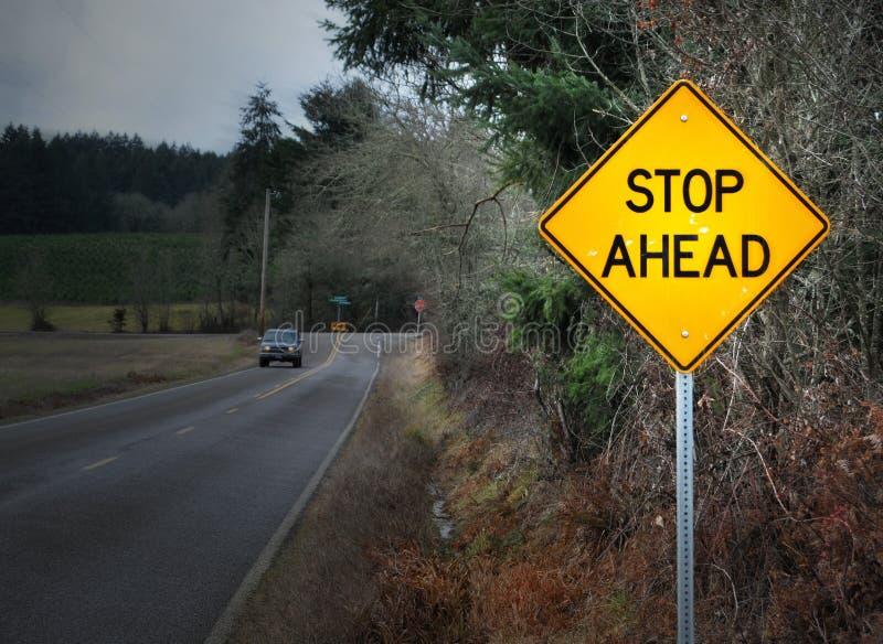 路标前面终止街道 免版税库存照片