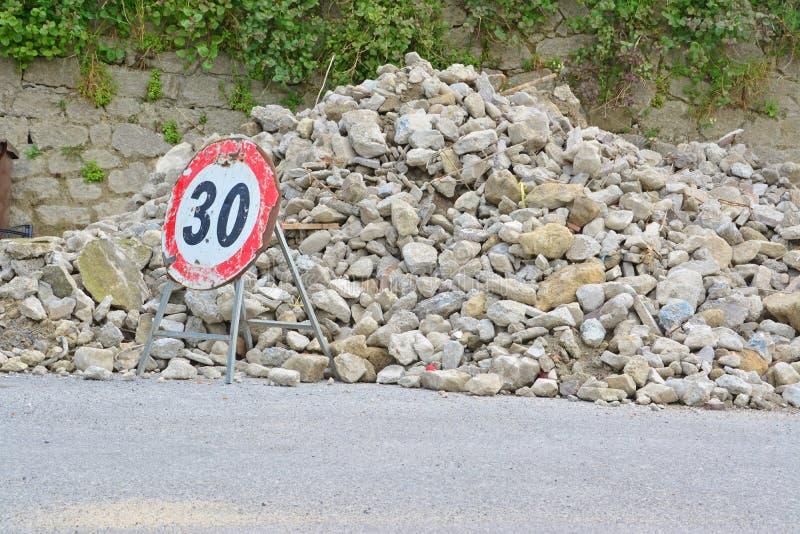 路标和瓦砾 库存图片