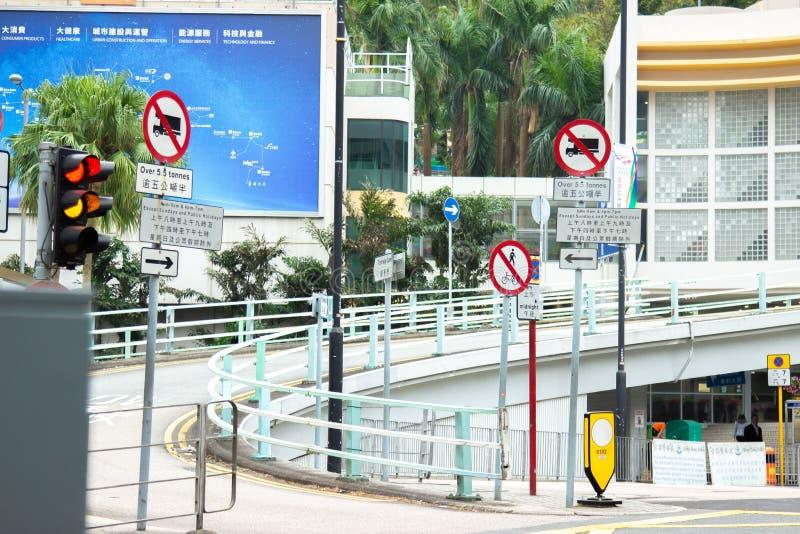 路标和红灯在都市高速公路在现代城市 城市道路和标志在街道上在大厦背景 库存照片