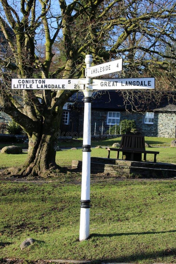 路标在给方向的Elterwater村庄 免版税库存照片