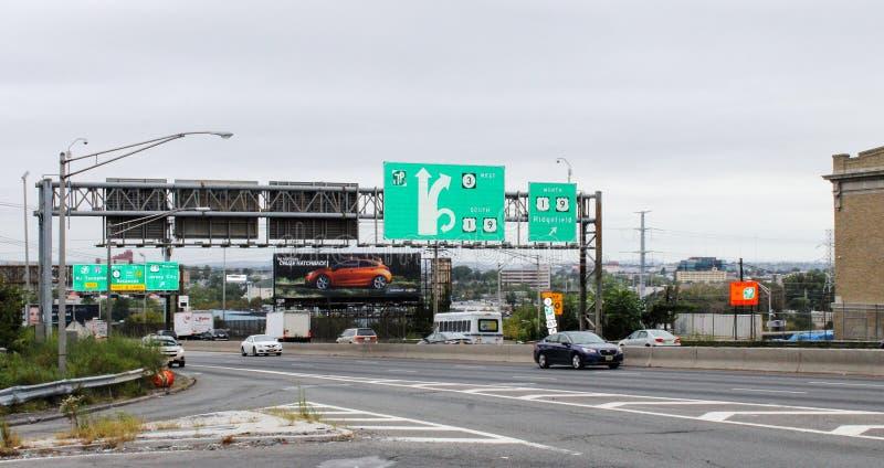 路标志和交通沿路线495和第30街道在北部卑尔根 库存图片