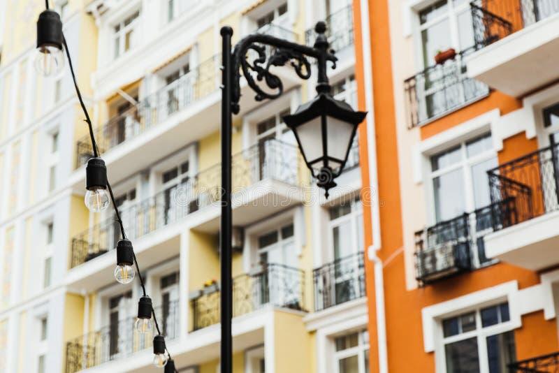 路灯到底在房子的背景中 r 免版税库存照片