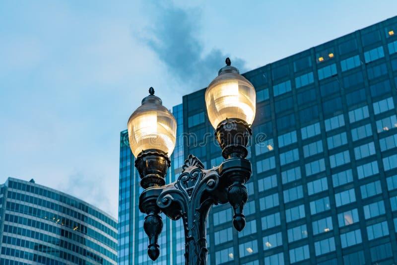 路灯到底在日出之前的街市芝加哥 免版税库存照片