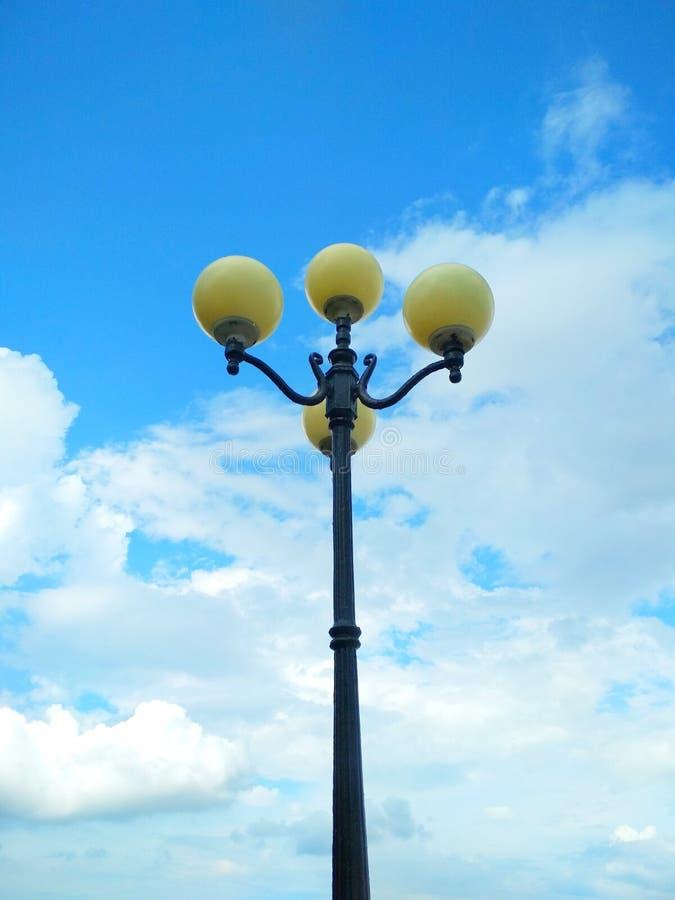 路灯到底,建筑决定 免版税库存照片