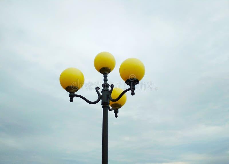 路灯到底,建筑决定 免版税库存图片