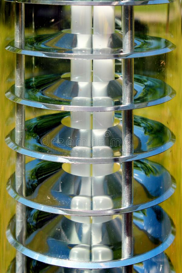 路灯到底,特写镜头图象 灯和发光的反射器圆盘在透明塑料盒 库存照片