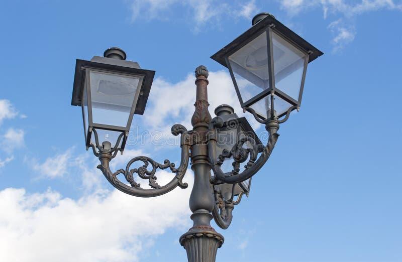 路灯柱和云彩 免版税库存照片