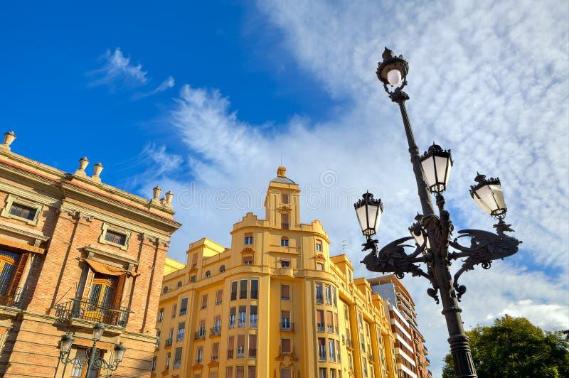 路灯柱和典型的大厦在巴伦西亚,西班牙。 免版税库存图片