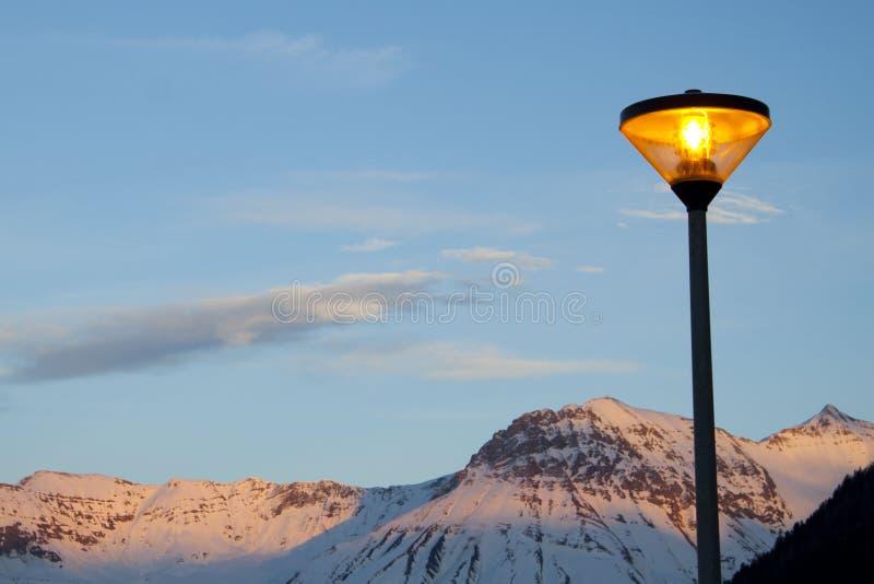 路灯柱在冬天夜 库存照片