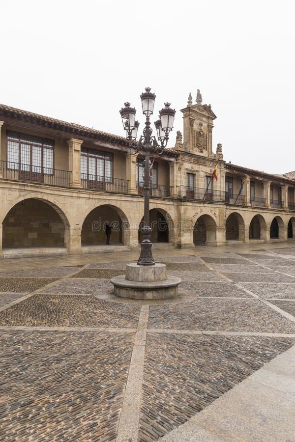 路灯柱在圣多明哥de la的卡尔萨达, Rioja,西班牙一个广场 库存图片