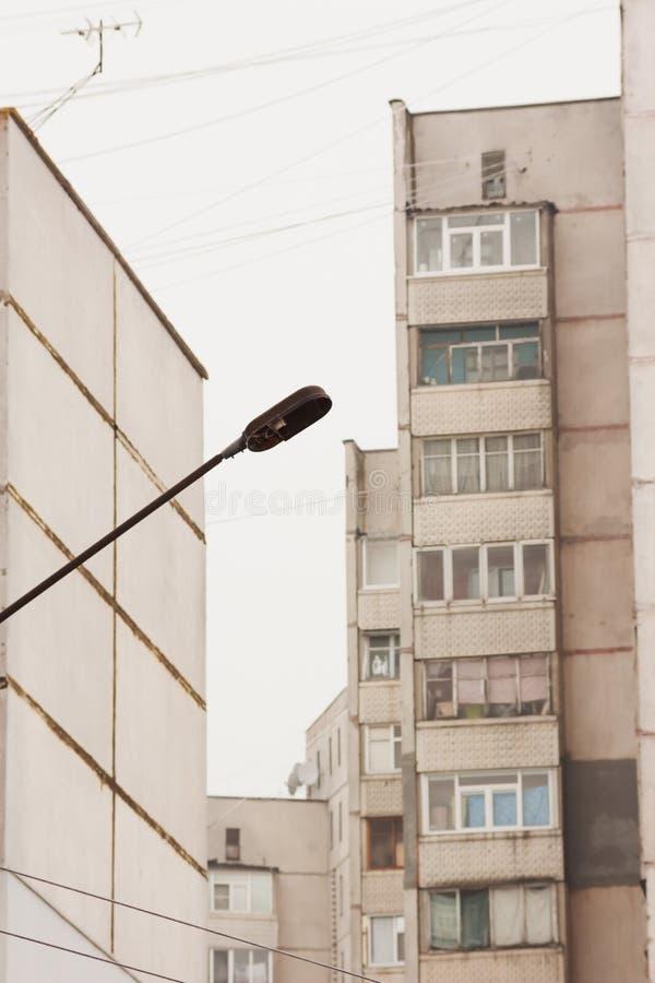 路灯柱在城市 免版税库存图片