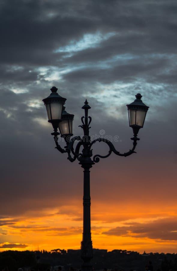路灯柱在日落和剧烈的天空的意大利 库存照片