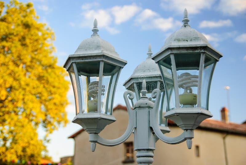 路灯柱在秋天-建筑细节 库存照片