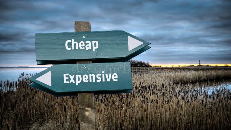 路牌便宜对昂贵 库存例证