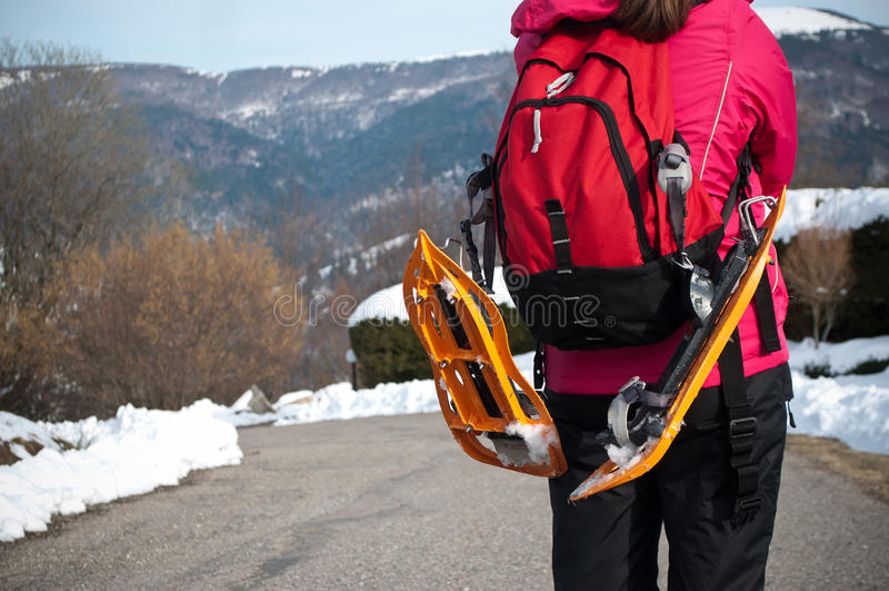 路的妇女有雪靴的 免版税库存图片