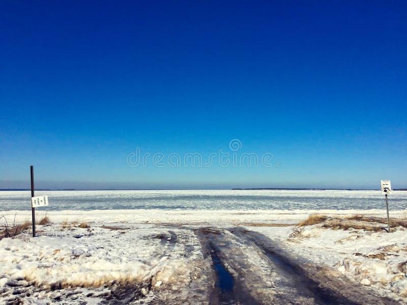 冻路的末端 免版税库存图片