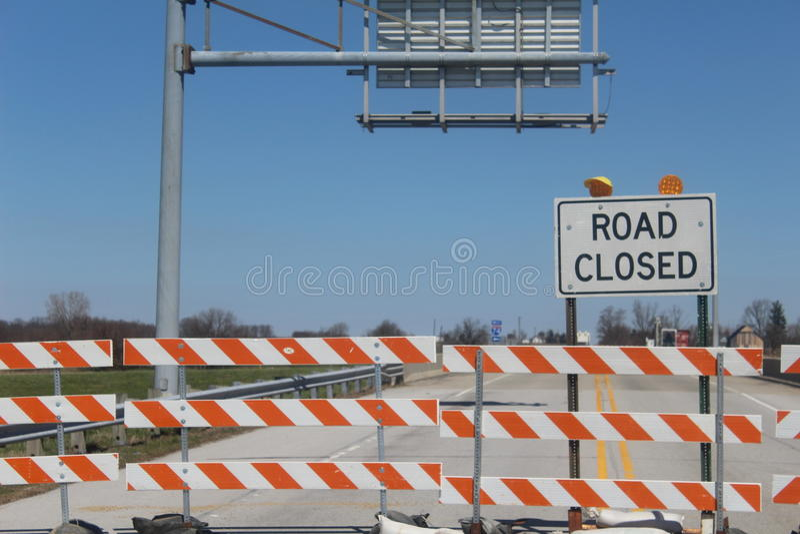 路的标志被封锁在桥梁 图库摄影