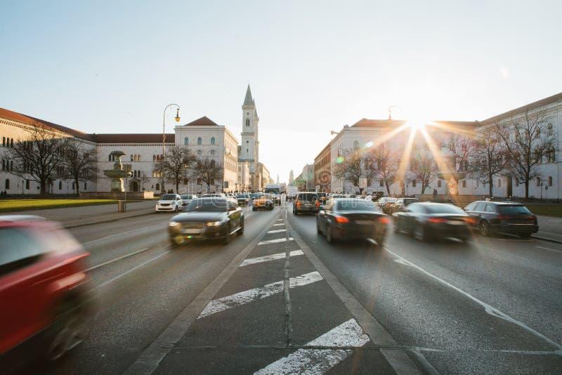 路的看法在街道Leopoldstrasse在慕尼黑-巴伐利亚的首都上的在德国 斋戒被弄脏的行动汽车  库存图片