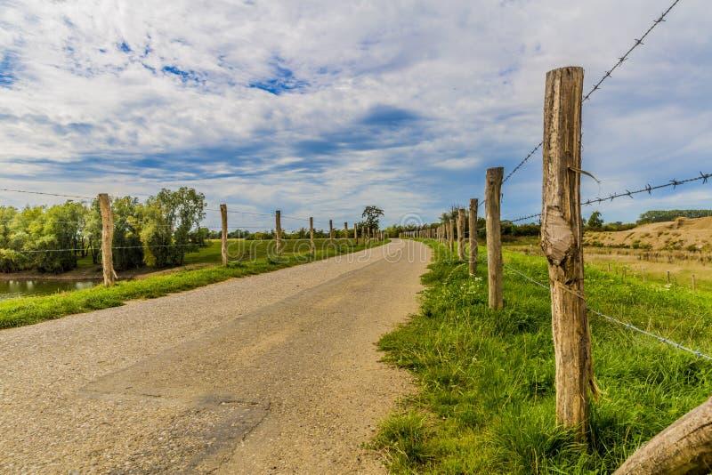 路的看法操刀与木杆和铁丝网 免版税库存图片