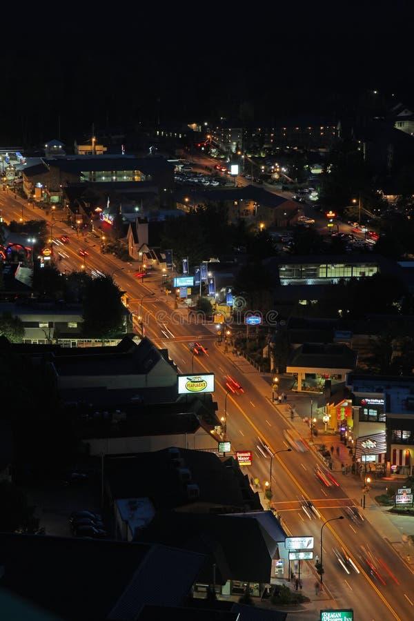 主路的空中夜视图通过Gatlinburg,田纳西 库存照片