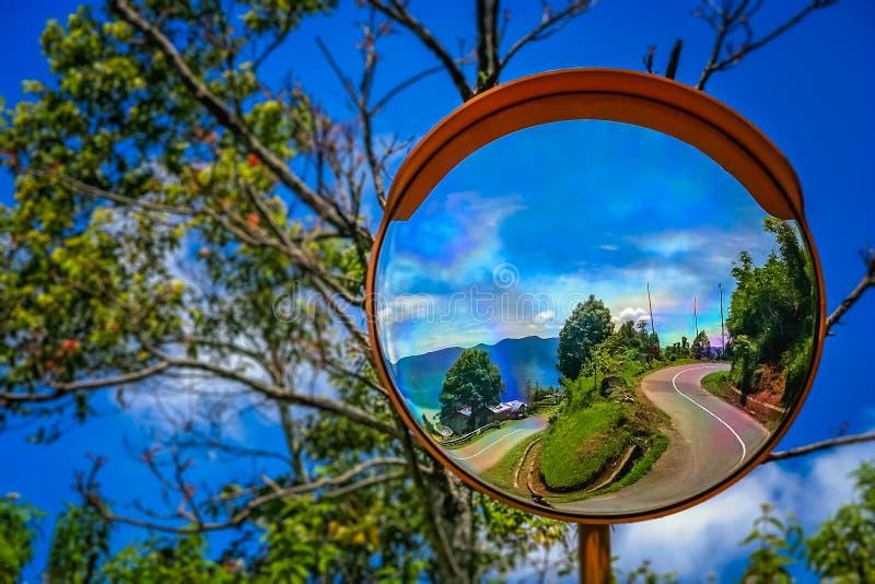 路的镜象反射向湖Maninjao 免版税库存图片