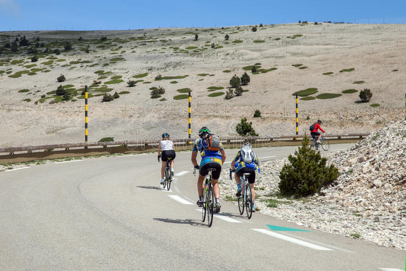 路的骑自行车者在Ventoux上面登上 免版税库存照片