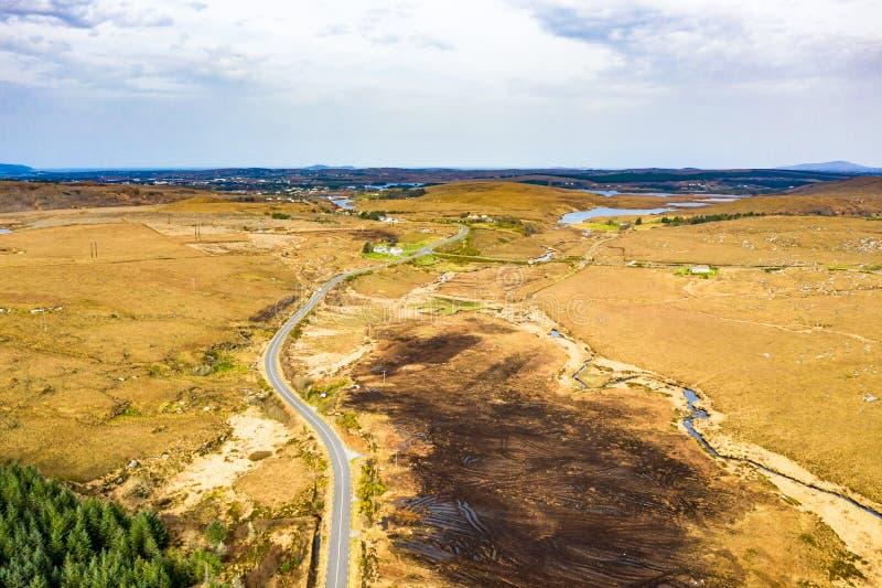 路的鸟瞰图向Dungloe的在海湾Mhin Leic na Leabhar - Meenlecknalore港湾旁边-多尼戈尔郡,爱尔兰 免版税库存图片