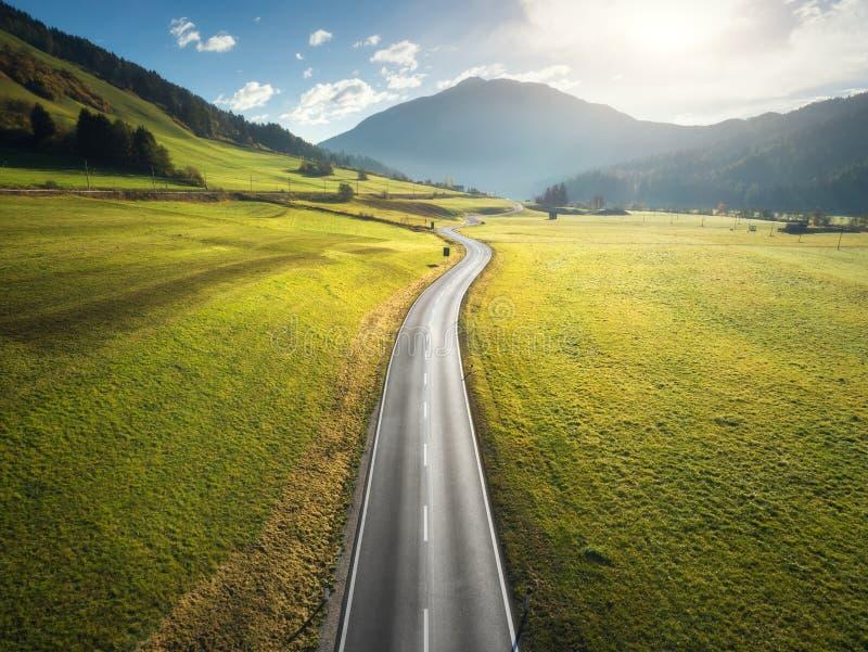 路的鸟瞰图在白云岩的山谷,意大利 库存图片