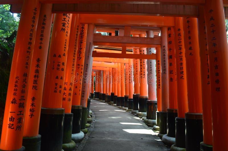 路看法在Fushimi Inari寺庙的在京都 免版税库存图片