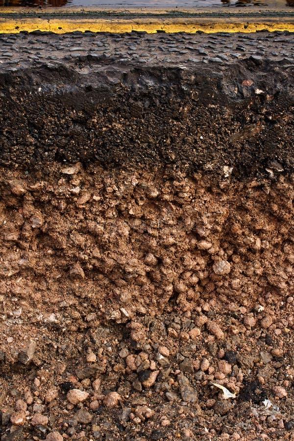 路短剖面显示的土壤在底下 库存图片