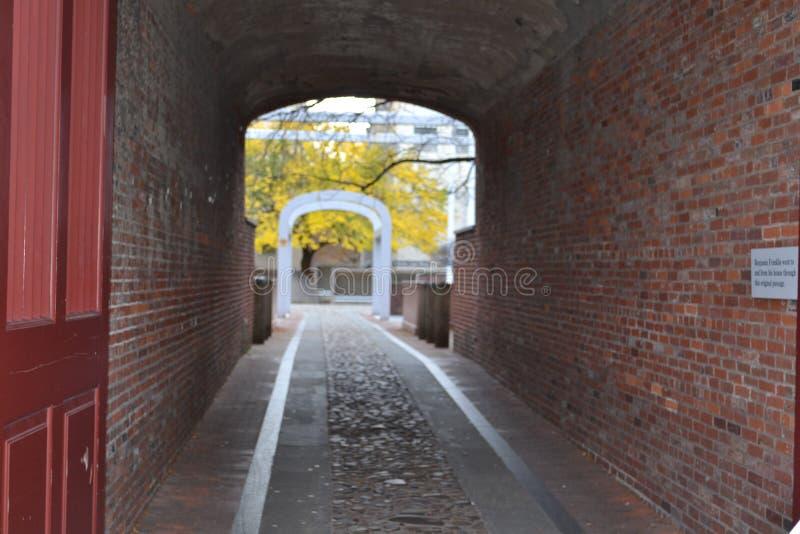 路穿过老城市 免版税库存图片