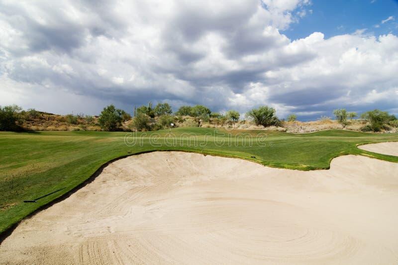 路线严重的高尔夫球绿色天空 免版税库存图片