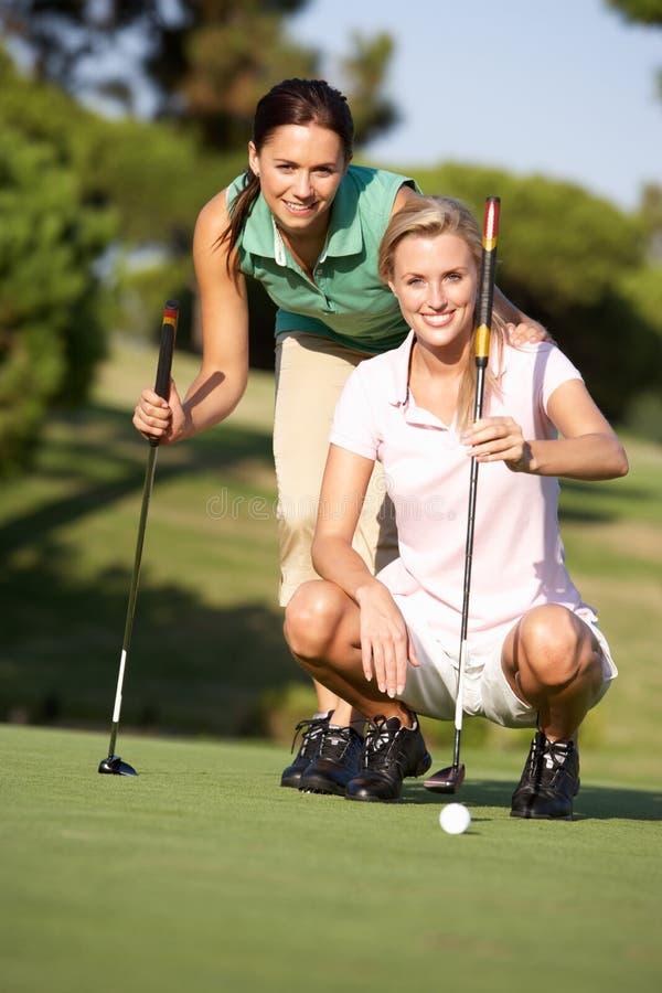 路线女性高尔夫球高尔夫球运动员二 免版税库存照片