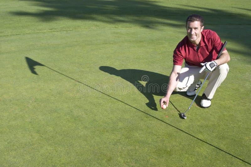 路线高尔夫球绿色水平的人 免版税库存照片