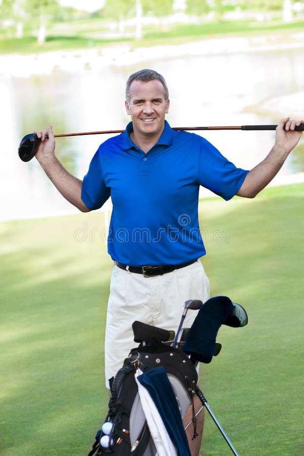 路线高尔夫球英俊男性成熟 免版税图库摄影